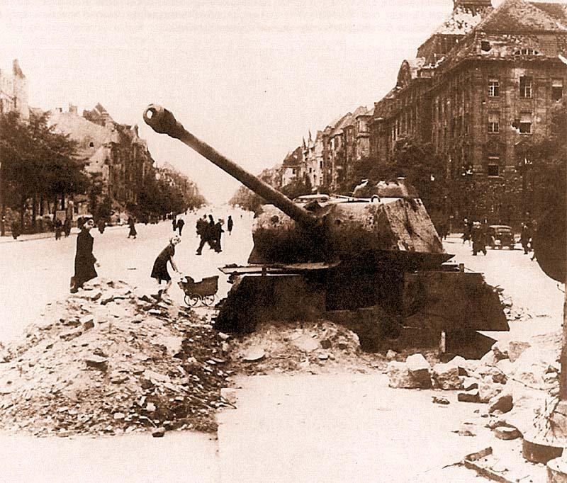 Пантера из танковой роты Берлин, вкопанная в качестве ДОТа на улице